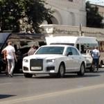 Megtörtént a Putyin-féle orosz luxuslimuzin első balesete – fotók