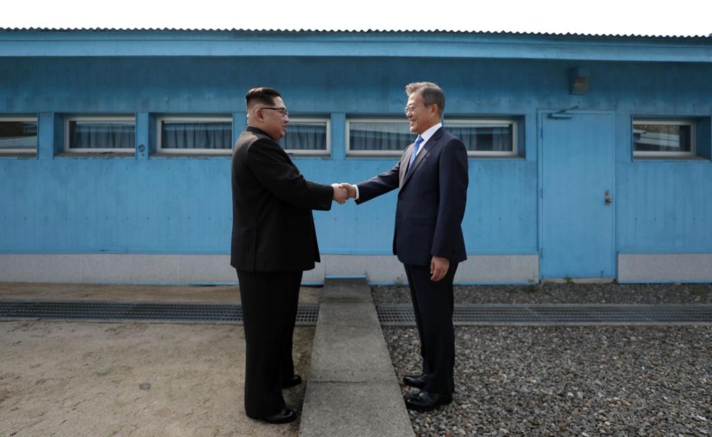 afp.18.04.27. Észak-Korea vezetője, Kim Jong Un kezet fog Dél-Korea elnökével, Moon Jae-in-nel a Katonai Demokrációs Vonalon április 27-én