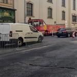 Beszakadt az út a Ferencieken, torlódik a forgalom