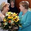 Érzékeny búcsú: virágcsokorral köszöntötte Merkelt Ursula von der Leyen