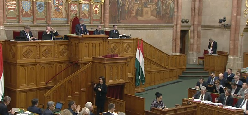 Folyamatos füttyögés és bekiabálás volt a parlamentben, az ellenzék kivonult