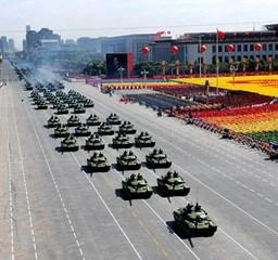 Hatalmas felvonulással ünnepelteti magát a diktatúra Kínában - Nagyítás