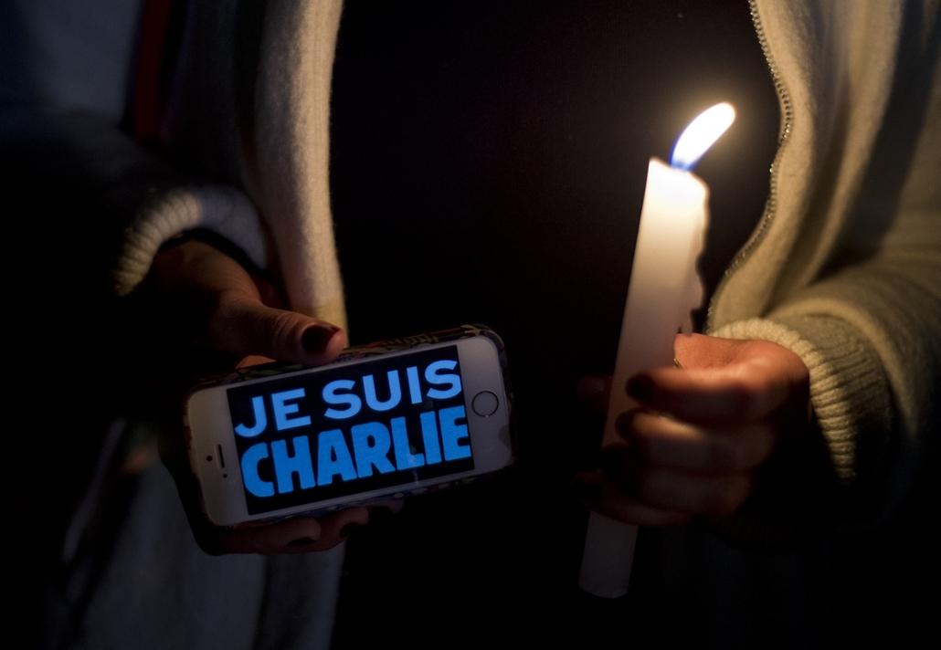 afp. lövöldözés Párizsban, Párizsi vérengzés, Charlie Hebdo, 2015.01.09. Mexikóváros, A woman holds a cellphone reading 'Je Suis Charlie' (I am Charlie) in support of the victims of the terrorist attack at the French magazine Charlie Hebdo, on January 8,