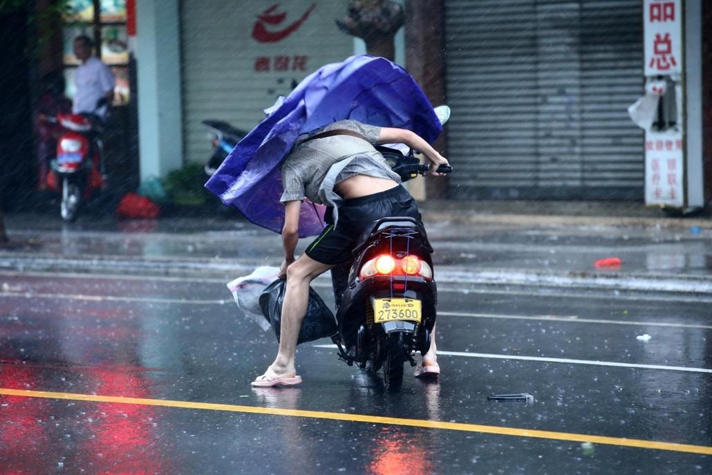 afp. szél, szeles, időjárás, nagyítás - Haikou, Kína, 2014.09. szél, esernyő, közlekedés, motor