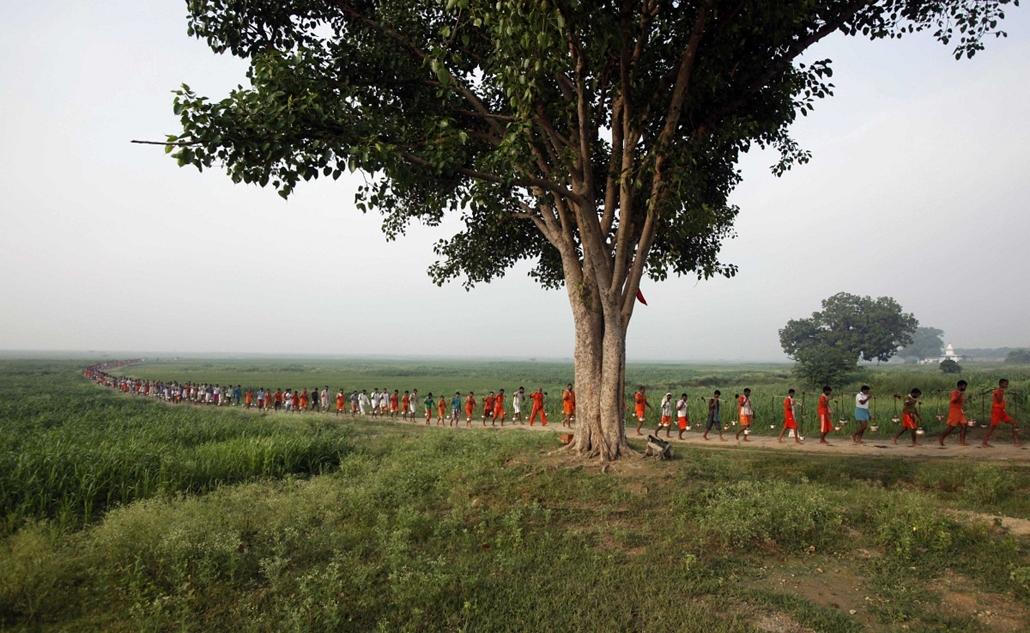 India - Shiva istennő imádói menetelnek a Kanwarik zarándoklaton a Gangeszból származó szentelt vízzel a Padilla Mahadev templom  - Hét képei - nagyítás