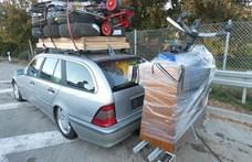 Kreatív pakolás: egy pianínót szállított valaki az autós kerékpártartóján