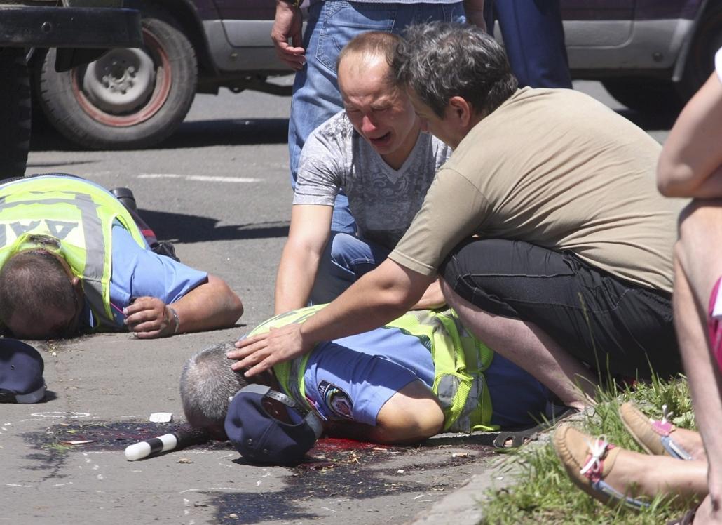 mti. Ukrán válság, Kelet-Ukrajna, 2014.07.03. Donyeck, Rendőrök helyszínelnek a kelet-ukrajnai Donyeckben 2014. július 3-án, ahol a reggeli órákban ismeretlen fegyveresek lelőttek három közlekedési rendőrt.