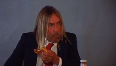 Iggy Pop megismételte Andy Warhol ikonikus hamburgerevését