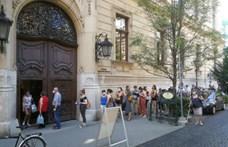 Mintha cukrot osztanának, olyan sokan álltak sorba a nyitás napján a könyvtár előtt