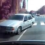 Így lesz majdnem sokszereplős baleset egy sima gyalogátkelésből - videó