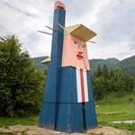 Nyolcméteres faszobrot kapott Donald Trump