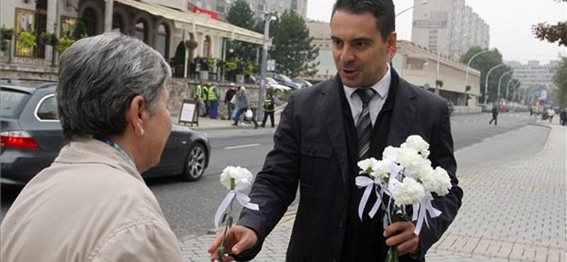 Fotó: MSZP-s virággal köszöntötte az ózdi nőket Vona Gábor
