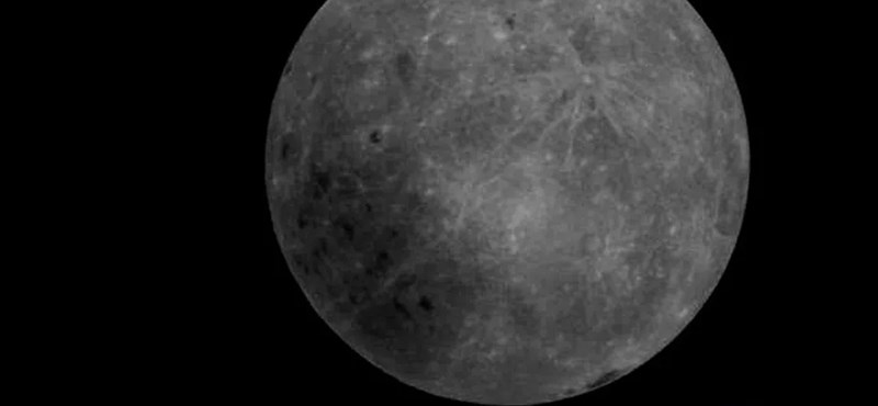 Lenyűgöző fotót küldött a Hold túloldaláról az 50 centis kis kínai műhold