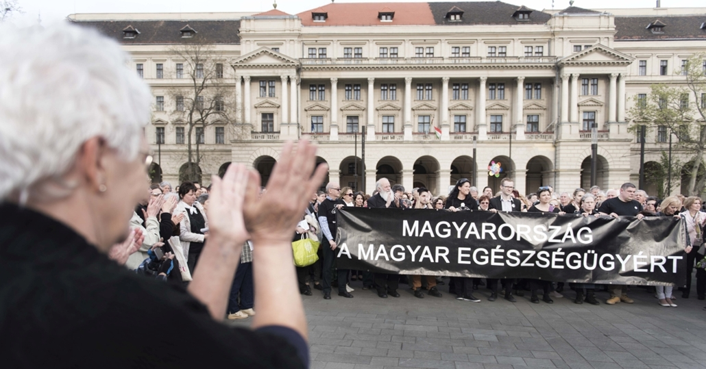 faz.16.04.15. - Szolidaritási akció a Parlament előtt Sándor Mária mellett