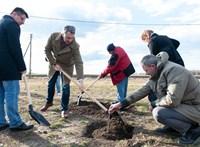 Lázár János lapátot fogott és ásott – fotó