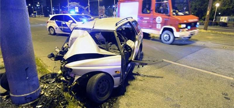 Fotók: alig maradt valami a Nagyvárad téren oszlopnak vágódott autóból