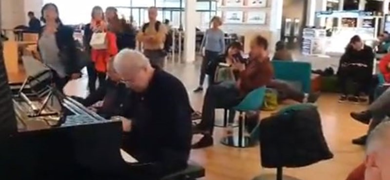 Így rögtönzött a toulouse-i reptéren a Grammy-díjas zenész