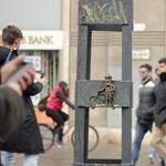 Videón a budapesti gerillaszobrász akció közben