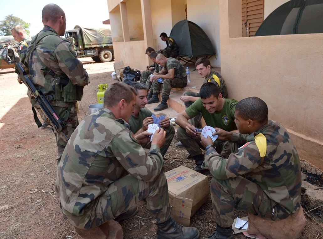 Malinagyítás afp, Mali, algéria, francia beavatkozás - francia katonák kártyáznak, Bamako, légitámaszpont, 2013.01.15.