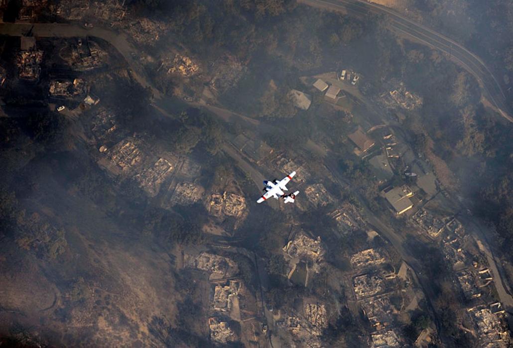 Tűzoltó repülőgép szál Santa Barbara közelében Kaliforniában, ahol súlyos bozóttüzek pusztítottak. 2008. november.