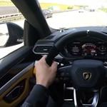 Nem kér elnézést: autópályán száguld a 960 lovas Lamborghini SUV – videó