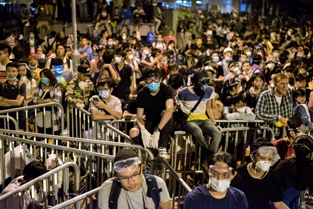 afp. hét képei - Hongkong, Kína, 2014.10.15. hongkongi tüntetések, Pro-democracy protesters gather near the central government offices in Hong Kong on October 15, 2014. Hong Kong has been plunged into the worst political crisis since its 1997 handover as
