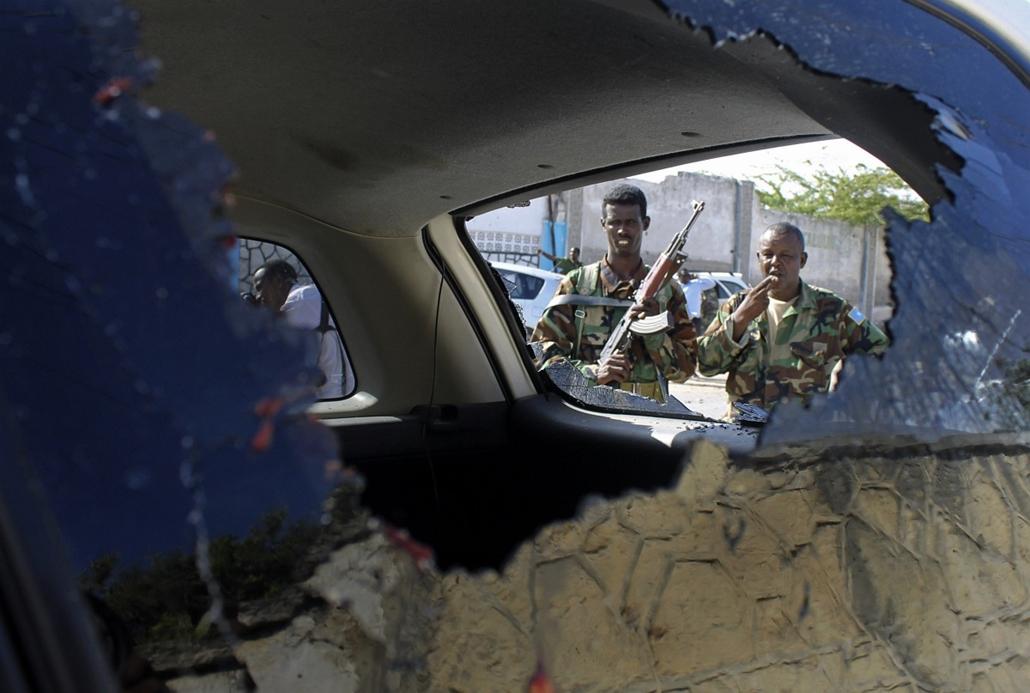 Szomália - katonák nézik az ország új elnökének, Sheikh Hassan Mohamudnak autóját, mely az államfő elleni robbantásokban sérült - Hét képei - nagyítás
