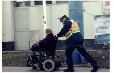 Elromlott a kerekesszéke, hazatolták a rendőrök a mozgássérült nőt