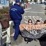 Középiskolások foglalták el a parlament bejáratát