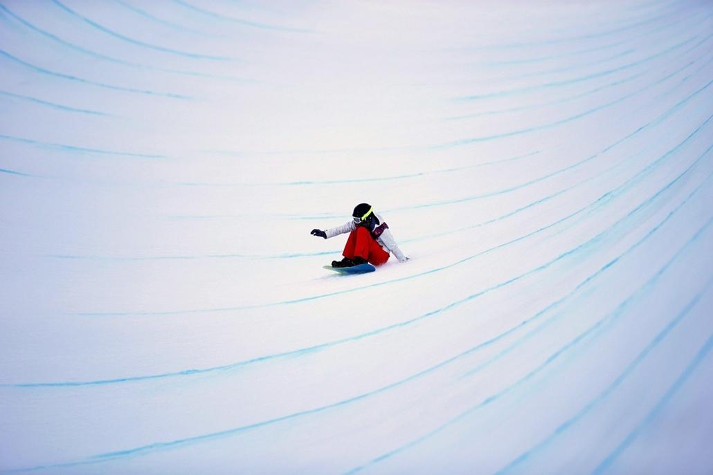 mti.14.02.12. - Krasznaja Poljana: a svájci Verena Rohrer a 2014-es szocsi téli olimpia női hódeszka félcső versenyének selejtezőjében a Roza Hutor Síközpontban