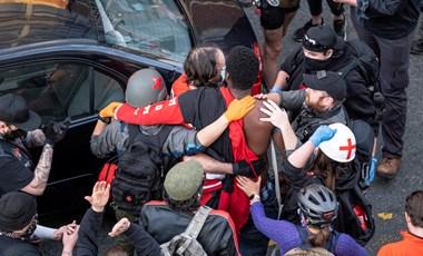 A tüntetők közé hajtott és tüzet nyitott egy férfi Seattle-ben