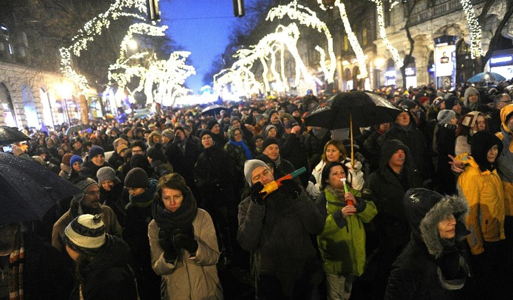 tg.15.01.02. - tüntetés az Operánál - MostMi: Új országot építünk! - yyyyy