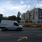 Egy troli leszakította a felsővezetéket az Árpád hídnál, teljes a káosz