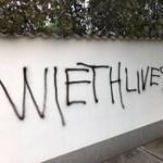 Tragikus helyesírással firkált tele egy falat valaki - a fotó bejárta a netet
