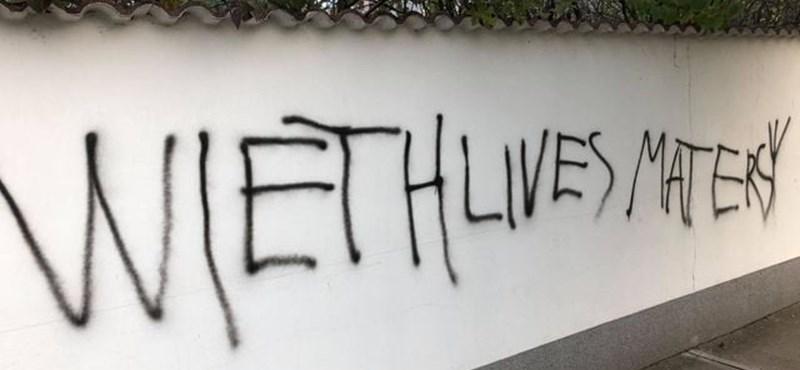 Rasszista üzenetet akartak felfújni egy abonyi falra, de az angol nyelv belezavart a tervbe