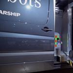 Jön a furgon, és kiszáll belőle nyolc robot, videó