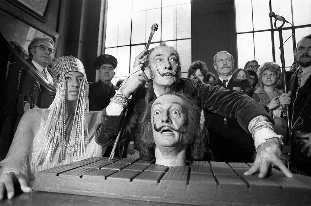 afp. nagyítás - Salvador Dali 110 éve született - 1971.04.01. FRANCE, Paris : A picture dated 01 April 1971 shows Spanish painter Salvador Dali, one of the most popular painters of the 20th century, during the presentation of his waxwork portrait at the G