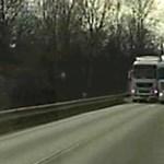 Ilyen életveszélyes kamionos előzést rég nem láttunk – videó