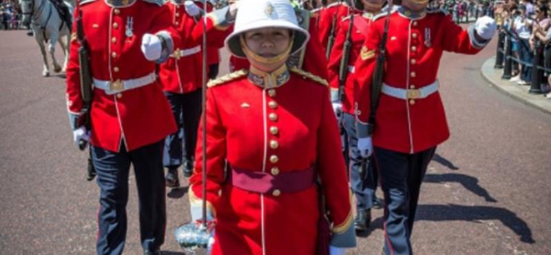 Történelmi pillanat: most először vezette nő a brit királyi testőrséget