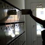 Tagadja a posta, hogy felsőbb utasításra nem viszik ki a levélküldeményeket