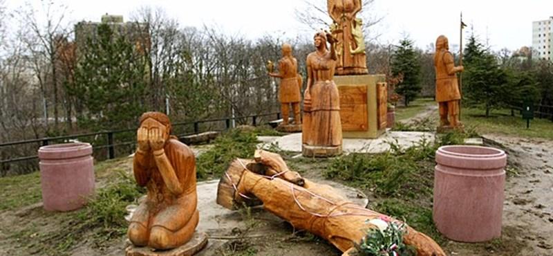 Fotó: Fellökték a Koppány-szobrot
