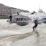 Szárnyashajó vontatta a vízisíelőt Budapesten - Fotók