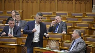 Elveszik Jakab Péter egyhavi fizetését, amiért beült Orbán székébe