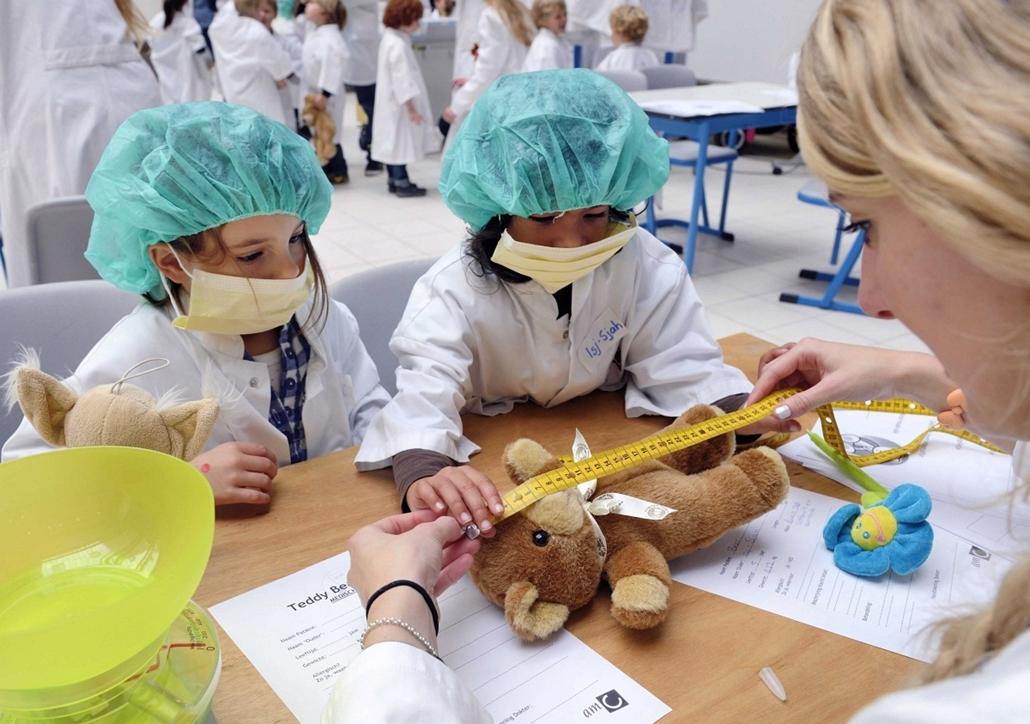 mti. Amszterdam, Hollandia: egy játékmackó hosszát mérik az amszterdami AMC kórházban, melyben november 6. és 9. között mackókórházat rendeztek be a gyermekek számára. - a hét képei nagyítás