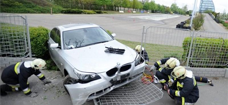 Fotók: kidöntötte a kerítést egy tanpályán gyakorló autó