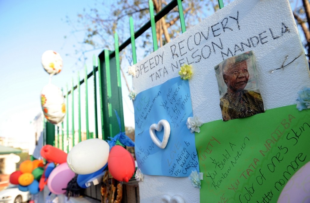 Nelson Mandela - SOUTH AFRICA, Pretoria : Balloons and letters wishing former South African President Nelson Mandela well are displayed at the entrance of the Medi-Clinic Heart Hospital on June 24, 2013 in Pretoria, where Mandela is staying. Nelson Mandel