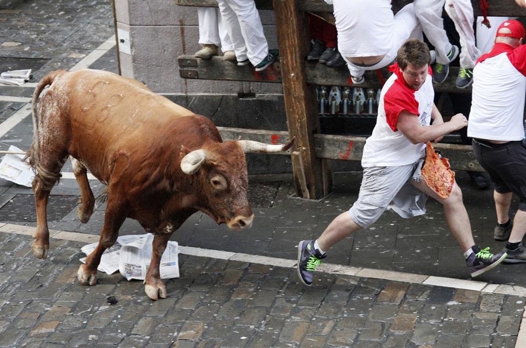 afp.14.07.14. - Pamplona, Spanyolország: bikafuttatás a San Fermin fesztiválon  - 7képei