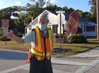 Megható módon búcsúzott a 92 éves közlekedési őrtől egy floridai általános iskola