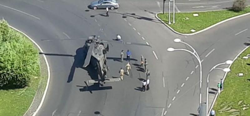 Un helicóptero militar estadounidense realiza un aterrizaje de emergencia en una rotonda en el centro de Bucarest - video