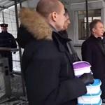 A DK vett két adag ebédet Orbán menzáján, ételhordókban viszik el Iványi Gábornak